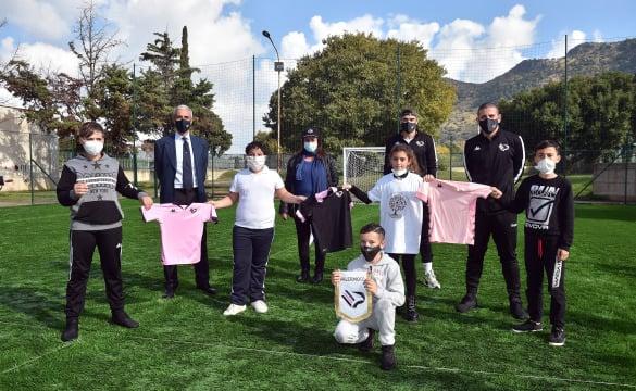 LE IENE: i giocatori del Palermo costruiscono un campo allo Zen